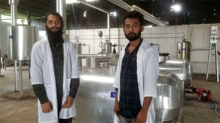 Two DU students are producing fuel oil from household waste